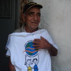 Ο 80χρονος Μπαρμπα-Βαγγέλλης από το Γλυκί  «προβάρει» το αναμνηστικό μπλουζάκι της αποστολής