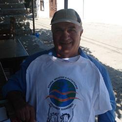Ο Γιώργος Ζαρμπουζάνης από τα Αγρίδια της Ίμβρου με το μπλουζάκι της αποστολής