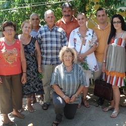 Μέρος των μελών της αποστολής στην αυλή του κυρ Σωτήρη στην Παναγιά της Ίμβρου